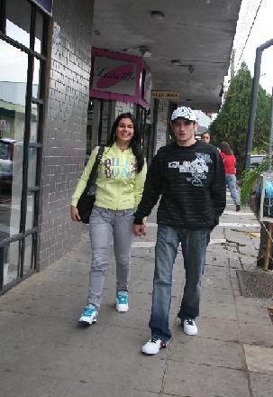 Alini Bohnen e Markiel Zambiazi vestem roupas da loja Código Surfware
