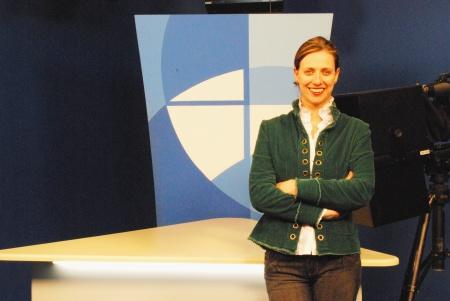 Professora Fabiana Piccinin posando pra foto na bancada da Unisc TV