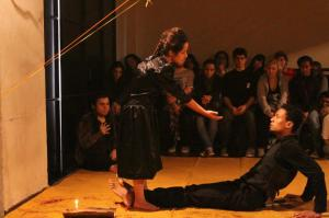 Manu durante atuação de uma peça de teatro