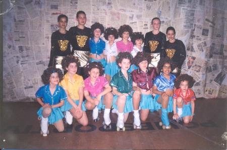 Em outubro de 2000, com 11 anos (segunda, da direita para a esquerda, em pé). Show de patinação na Oktoberfest.