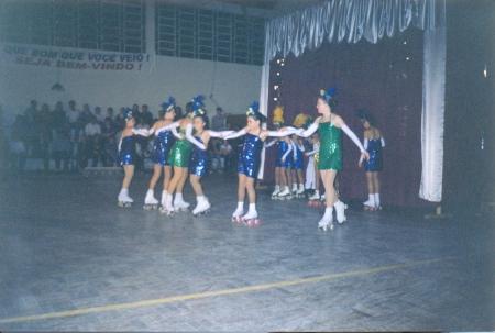 Em novembro de 2000 (primeira da direita para a esquerda, de verde), em show de patinação realizado em Sinimbu.