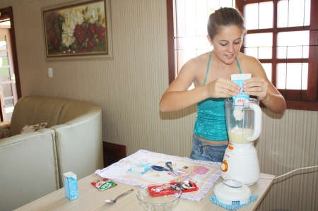 Primeiro passo: colocar 2 caixas de creme de leite no liquidificador.