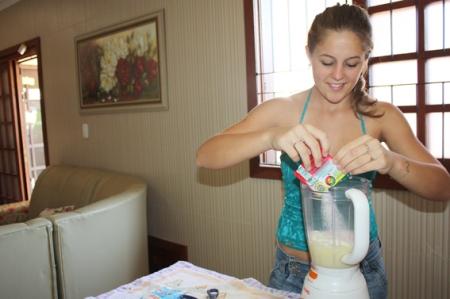 Terceiro passo: acrescentar no liquidificador 1 pacote de suco Tang sabor morango