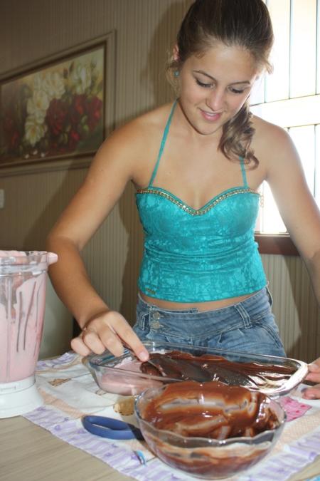 Sexto passo: Misturar 1 caixa de creme de leite com o chocolate derretido. Após, cobrir o mousse de morango.