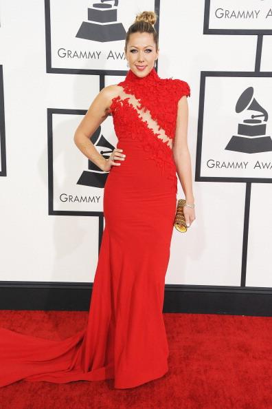 Colbie Caillat estava vestindo um modelo vermelho simplesmente lindo! Os detalhes, que parecem flores, deram ainda mais beleza ao look.