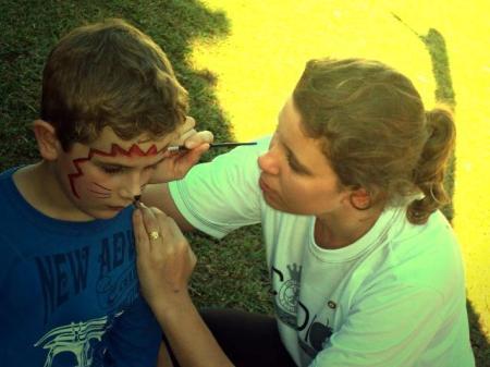 Pintura de rosto é uma das atividades realizadas com as crianças que participam das campanhas