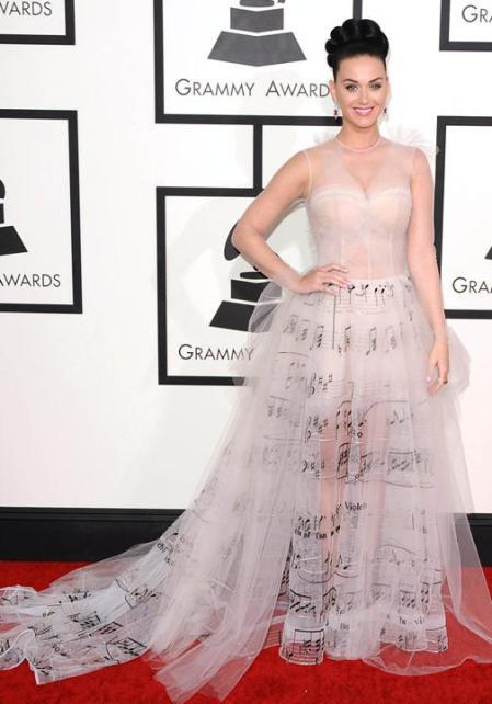 Esse vestido com notas musicais que a Katy Perry usou é totalmente despojado e a cara dela. Um arraso!