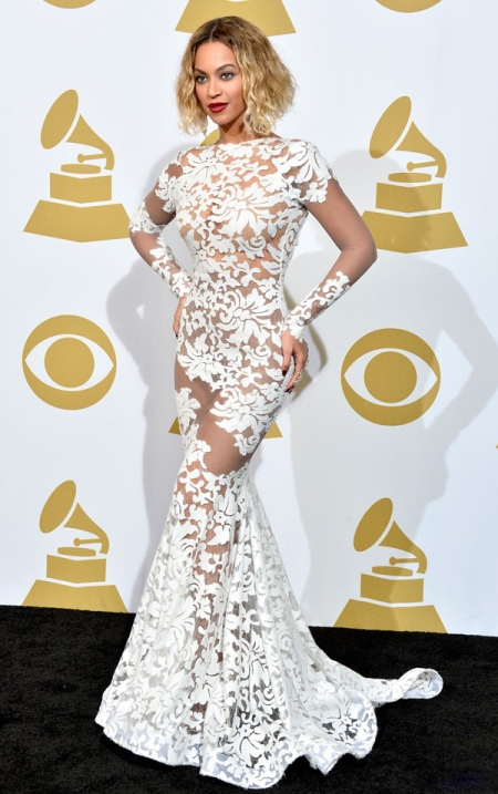E, por fim, Beyoncé, que não podia ficar de fora. Com esse vestido todo bordado, ela estava deslumbrante.