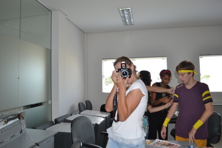 Eu, Gean e Déia ao fundo. E a pilhada Ana C. fazendo graça com a câmera enquanto é fotografada pela pilhada Mô!