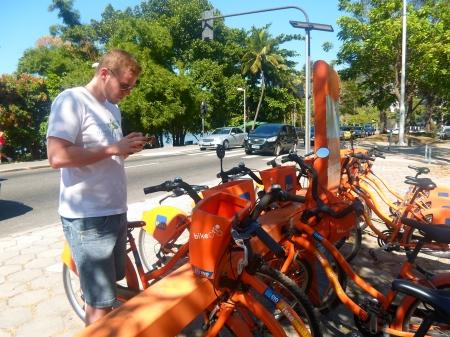 Namor em uma das estações, liberando as bikes por meio do app