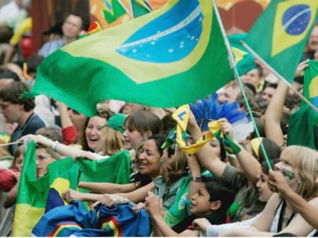 size_590_Torcida_brasileira_em_estadio_de_futebol